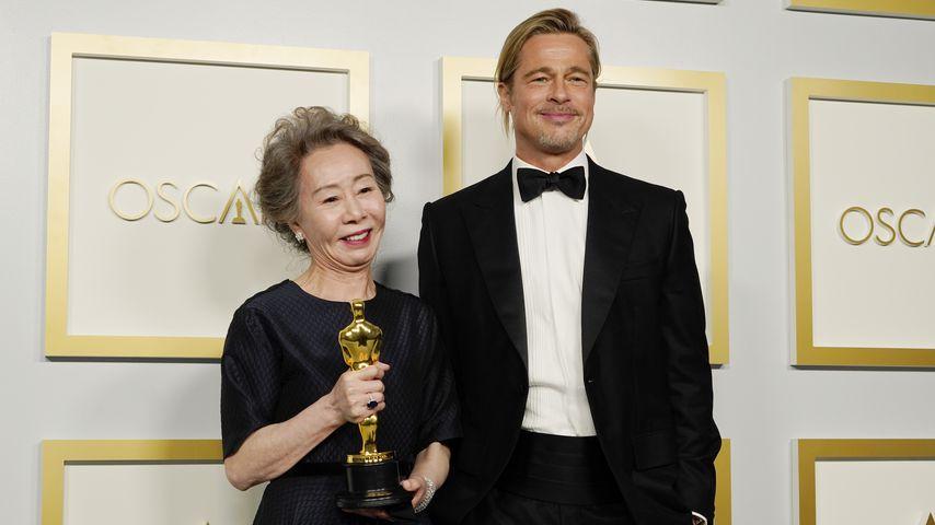 Yuh-Jung Youn und Brad Pitt bei den Oscars 2021 in Los Angeles