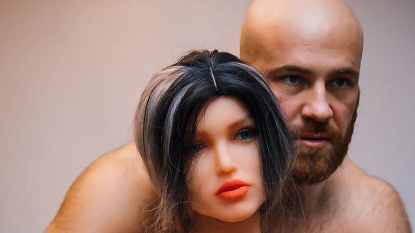 Yuri Tolochko mit seiner Puppe Margo, Oktober 2020
