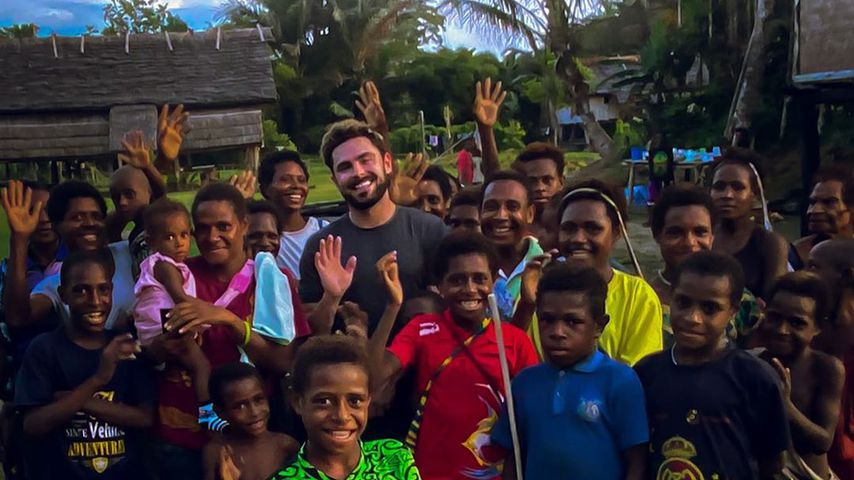 Zac Efron mit Kindern aus Papua-Neuguinea
