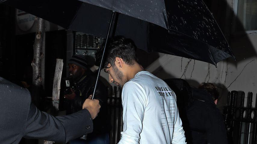 Zayn Malik trägt den Regenschirm nicht selbst