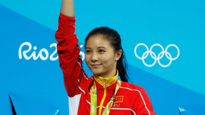 He Zi während der Siegerehrung bei Olympia 2016