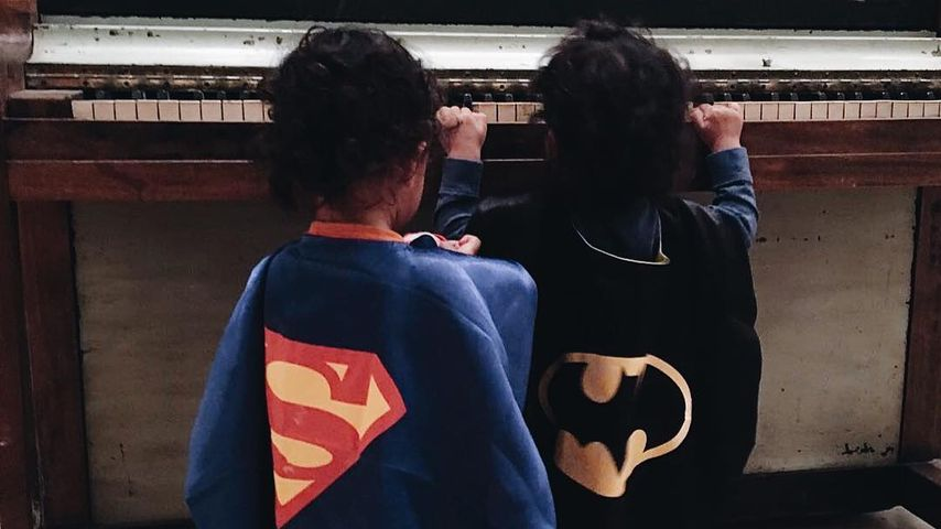 Zoe Saldanas Zwillinge Bowie Ezio und Cy Aridio in Kostümen