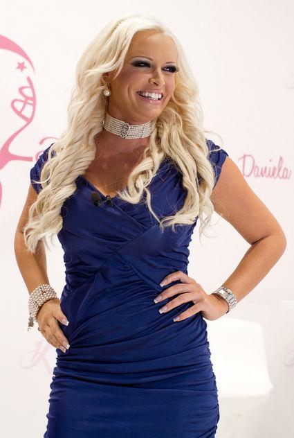 Blonde Jungfrau Holly Kiss macht Unzucht in schickem Whirlpool