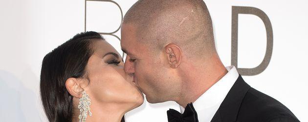 Adriana Lima und Joe Thomas küssen sich bei der amfAR Gala in Cannes