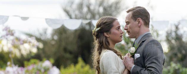 """Alicia Vikander und Michael Fassbender in einer Szene von """" The Light Between Oceans"""""""