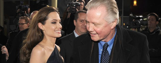 "Angelina Jolie und Jon Voight 2011 bei der ""In the Land of Blood and Honey""-Premiere"