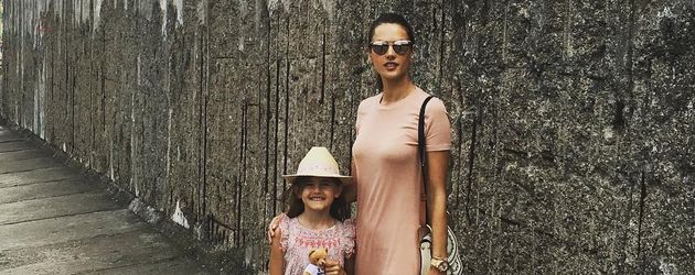 Anja und Alessandra Ambrosio vor der Berliner Mauer
