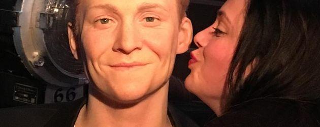 Anne Wünsche mit der Wachsfigur von Matthias Schweighöfer bei Madame Tussauds in Berlin