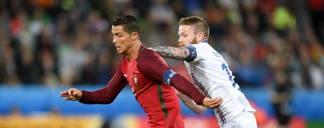 Cristiano Ronaldo und Aron Gunnarsson beim EM-Spiel POR-ISL