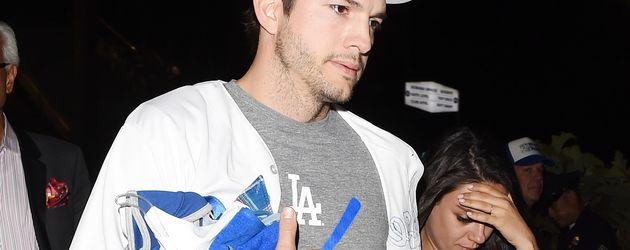 Ashton Kutcher und Mila Kunis beim Dodgers vs Chicago - Baseballspiel