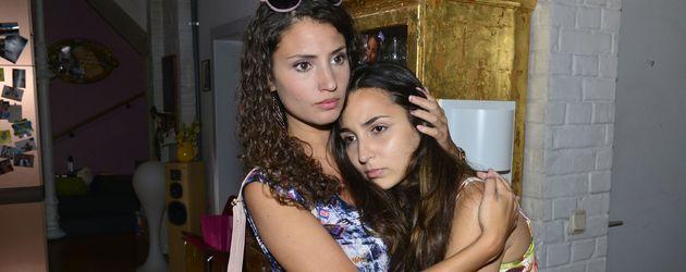 Ayla (Nadine Menz) und Selma (Rona Özkan)