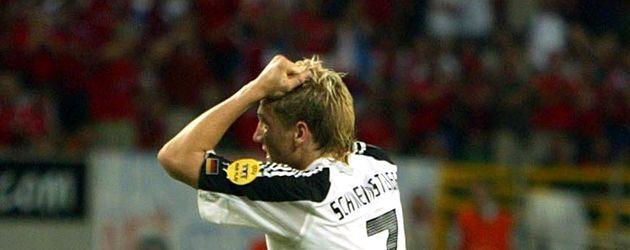 Bastian Schweinsteiger mit Iro-Frisur bei der EM 2004 im Spiel gegen Tschechien