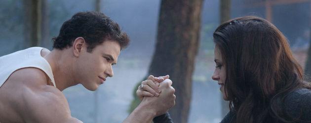Bella und Emmett beim Armdrücken
