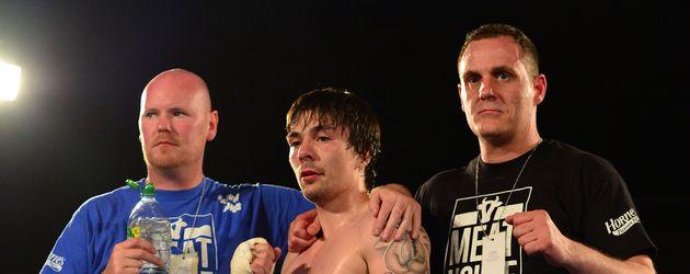 Boxer Mike Towell (m.) nach einem erfolgreichen Kampf