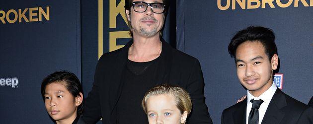 Brad Pitt mit seinen drei Kindern Pax, Shiloh und Maddox im Dezember 2014