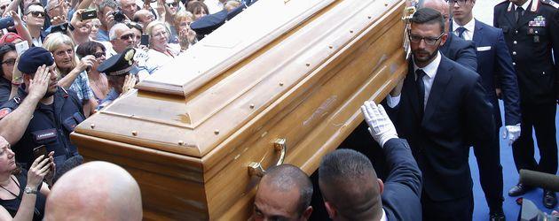 Bud Spencers Sarg wird vor der Trauerfeier in die Kirche getragen