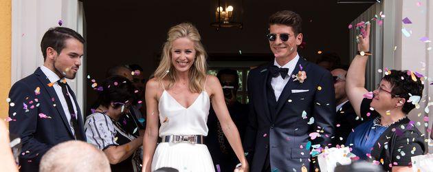 Carina Wanzung und Mario Gomez vor dem Standesamt kurz nach der Hochzeit