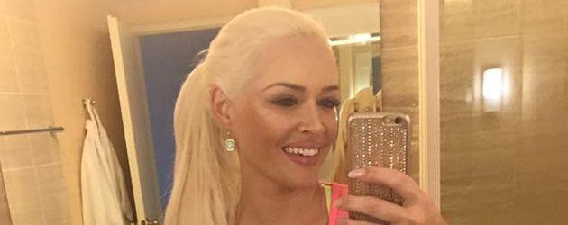 Daniela Katzenberger vor ihrem Spiegel