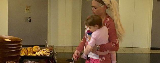 Daniela Katzenberger mit Töchterchen Sophia auf dem Arm