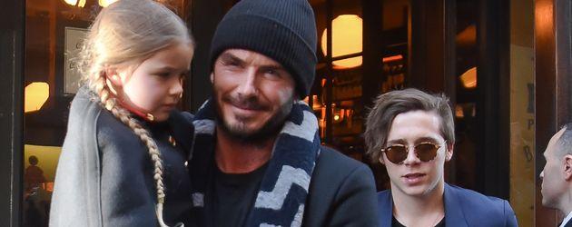 David Beckham vor einem Restaurant in New York mit seinen Kindern Brooklyn und Harper