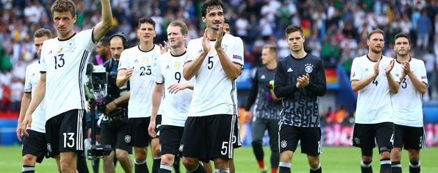 Die deutschen Nationalspieler feiern den Sieg gegen Nordirland bei der EM 2016