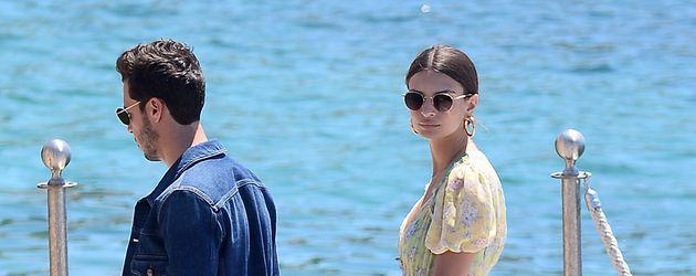 Emily Ratajkowski bei ihrer Ankunft in Cannes