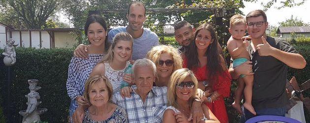 Sarah Lombardi mit ihrer Familie und Freund Michal (2. Reihe, 3. v. l.)