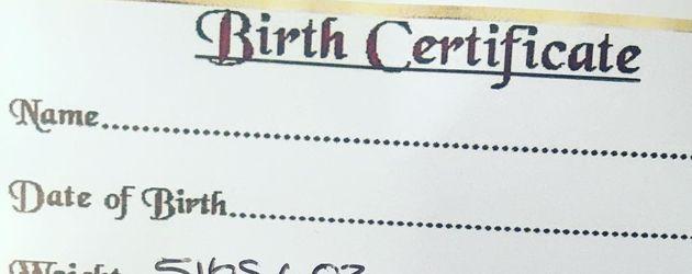 Geburtsurkunde von Courtney Stoddens Puppen-Baby