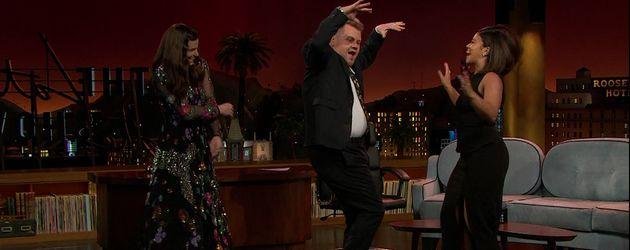 """Idina Menzel, James Corden und Gina Rodriguez beim Tanzen in der """"The Late Late Show"""""""