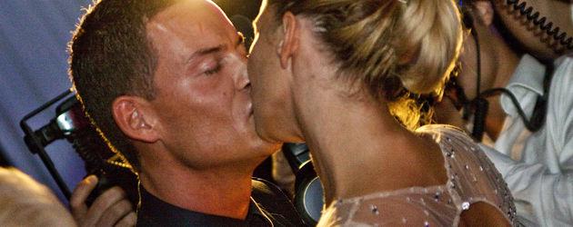Giulia Siegel küsst ihren Freund