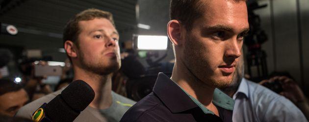 Gunnar Bentz und Jack Conger beim Verlassen der Polizeistation in Rio