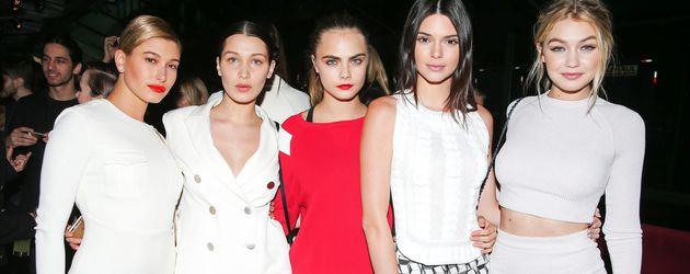 Hailey Baldwin, Bella Hadid, Cara Delevingne, Kendall Jenner und Gigi Hadid bei Karl Lagerfeld NY