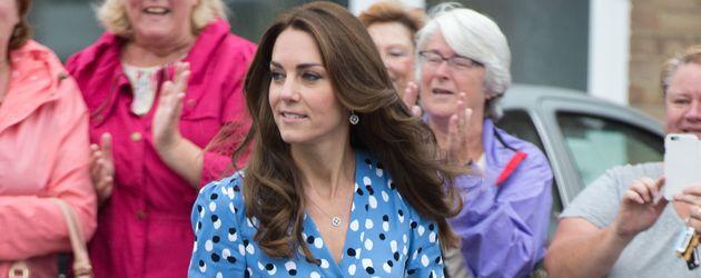 Herzogin Kate beim Besuch einer Schule im englischen Harlow