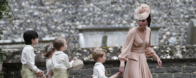 Herzogin Kate mit den Blumenkindern & Prinz George (vorne) bei der Middleton-Hochzeit
