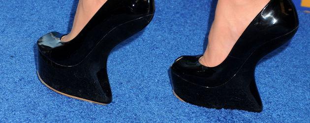 high heels ohne heels lucy hale macht 39 s vor. Black Bedroom Furniture Sets. Home Design Ideas
