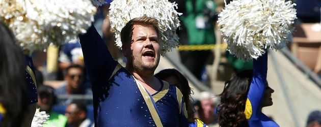 "James Corden mit den ""Los Angeles Rams""-Cheerleadern"