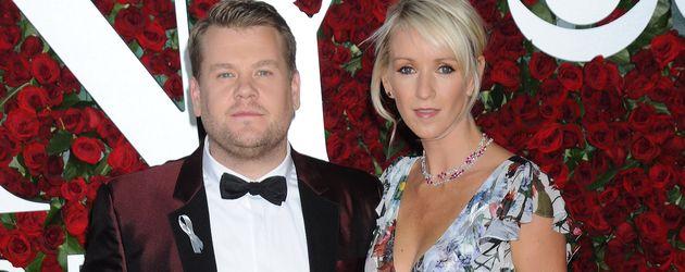 James Corden und seine Frau Julia Carey posieren bei den Tony Awards 2016 in New York