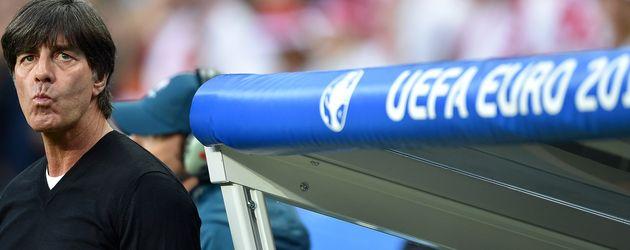 Joachim Löw im Stade de France beim EM-Spiel gegen Polen