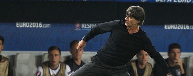 Jogi Löw nimmt beim Spiel gegen Italien gekonnt den Ball an