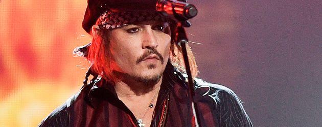 """Johnny Depp bei einem Auftritt seiner Band """"The Hollywood Vampires"""""""