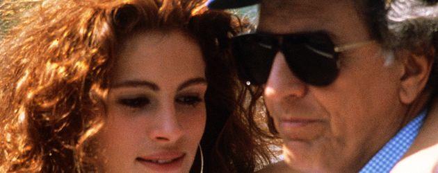 """Julia Roberts und Garry Marshall bei den Dreharbeiten für """"Pretty Woman"""" im Jahr 1990"""