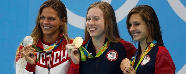 Julija Jefimowa, Lilly King & Katie Meili  (v.l.) bei der Siegerehrung über 100-Meter Brustschwimmen