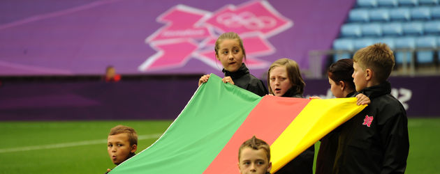 Kamerun Flagge mit Fans bei Olympia