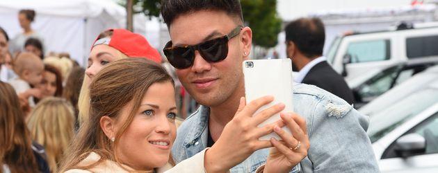 Kay One mit einem Fan
