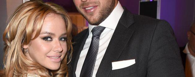 Kim Gloss in weißem Kleid mit Alexander Beliaikin bei Echo