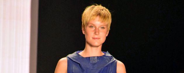 Kim Hnizdo bei der Riani-Show auf der Berlin Fashion Week 2016
