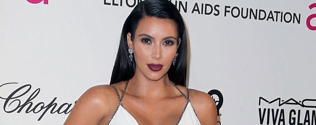 Kim Kardashian im weißen Oscar-Kleid mit roten Lippen