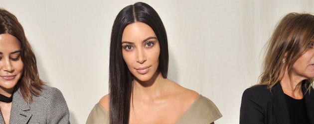 """Kim Kardashian bei der """"Balenciaga Modenschau"""" während der Paris Fashion Week"""