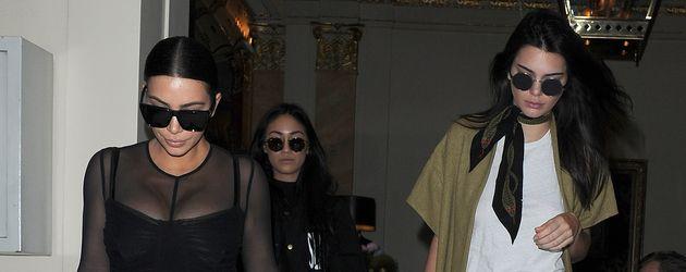 Kim Kardashian und Kendall Jenner verlassen ein Restaurant zusammen