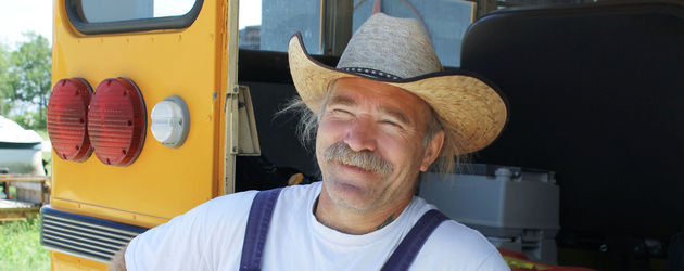 Konny Reimann vor seinem Bus